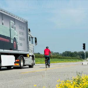 Mercedes-Benz: Abbiegeassistent für Lkw