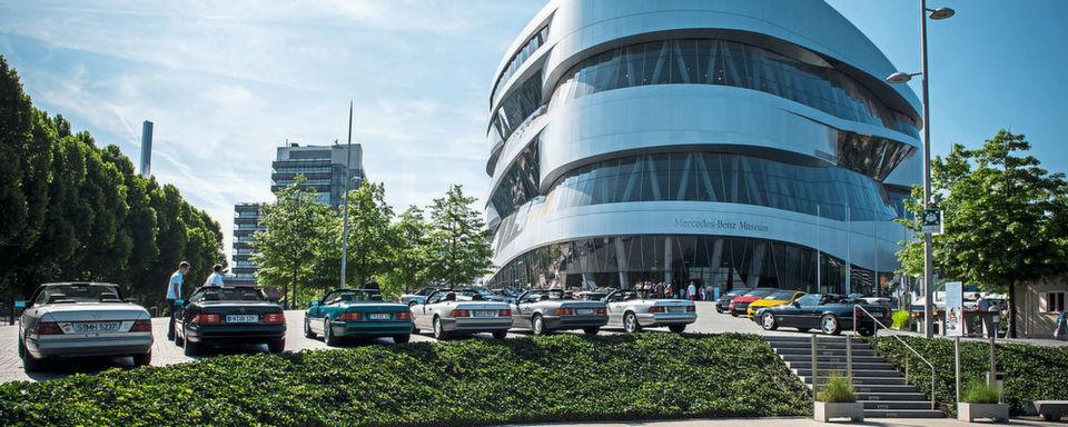 Wo sonst nur Mercedes-Fahrzeuge stehen, ist in diesen Tagen Platz für BMW-Modelle: vor dem Mercedes-Benz-Museum in Stuttgart.