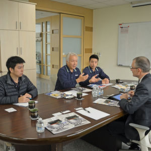 David Hsiao, Chef von Sauter-Asia, hat das Geschäft aufgebaut. Sein Sohn Allen (rechts) und Louis Liang unterstützen ihn heute beim Aufbau der eigenen Produktion vor Ort in Taichung.