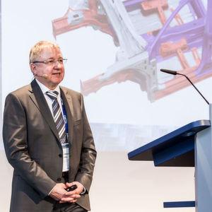 """In dem Vortrag mit dem Titel """"Stahl – Strategien der OEMs"""" zeigte Jürgen-Werner Becke von der Volkswagen AG, einen Ansatz innovativer Stahlleichtbaulösungen am Beispiel des neuen VW Passat."""