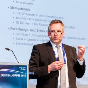 Dipl.-Ing. Jörg Ohlsen, CEO von Edag Engineering, gab auf dem Leichtbau-Gipfel einen Überblick zu generativen Fertigungstechniken und Anwendungen für den Leichtbau.