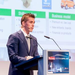 Welcher Werkstoff ist der Richtige? Basjan Berkhout von Tata Steel Europe, verglich auf dem Leichtbau-Gipfel Stahl und Aluminium über deren Lebenszeit hinweg.