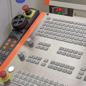 Um Maschinen präzise betreiben zu können, benötigt man auch eine entsprechend auf die Maschine abgestimmte Steuerung.