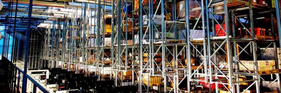 Viani bevorratet seine Feinkost am Logistikstandort Göttingen in einem 15-gassigen Hochregallager (HRL) mit 7200 Palettenstellplätzen und einem siebengassigen automatischen Kleinteilelager (AKL) mit 40.000 Behälterstellplätzen.