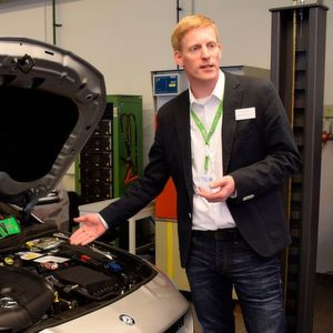 Kfz-Trainer Thomas Kock: Batterieservice ist etwas für Profis.