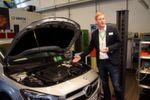 Trainer Thomas Kock informierte im Auftrag von Johnson Controls über den Batterieservice an modernen Fahrzeugen.