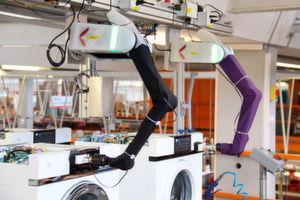 Einsatz des BioRob in der Qualitätssicherung beim Waschmaschinenhersteller V-Zug.