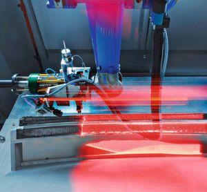 Hier ist die Dynamik eindrucksvoll festgehalten, mit der Robotersysteme bei der Be- und Verarbeitung von Faserverbundwerkstoffen oder den Ausgangsmaterialien dafür eine Produktionskette wirkungsvoll und produktiv unterstützen können.