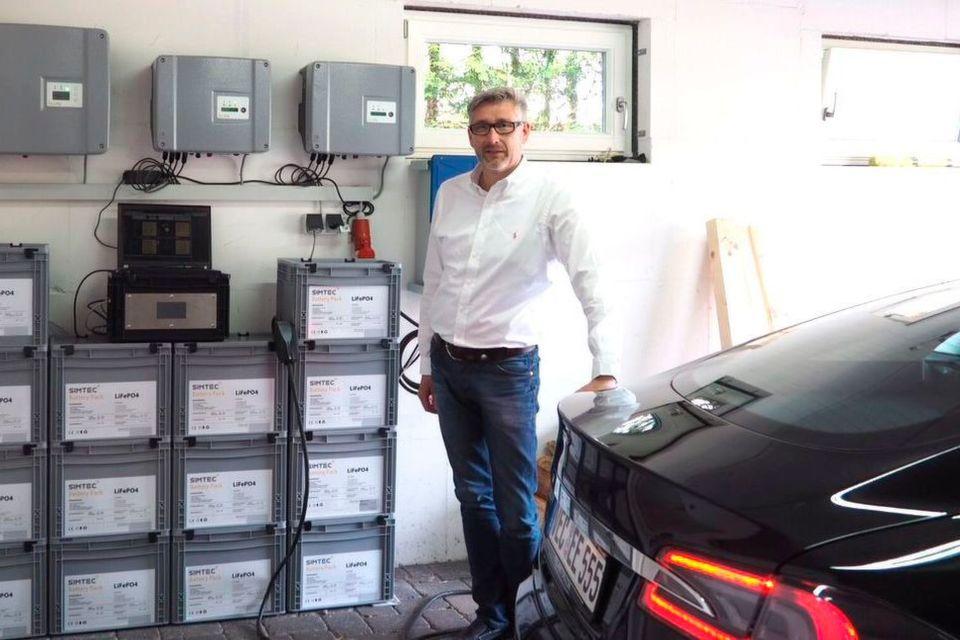 Ludger Sieve fährt seinen Tesla Model S nun seit eineinhalb Jahren. Seit einem Jahr dient das skalierbare Batteriesystem von Peus als Ladestation. 13 in Reihe geschaltete Boxen liefern 32,5 kW/h an Strom.