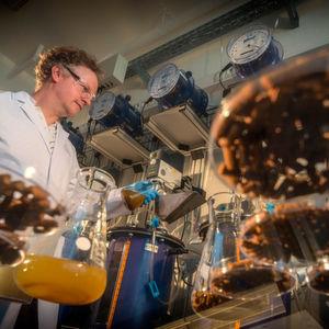 Marcell Nikolausz testet im Labor, wie die Biogasproduktion über die Fütterungsfrequenz gesteuert werden kann.