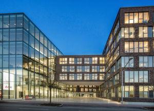 Mitsubishi Electric hat die Ratingen seine neue Deutschland-Zentrale eröffnet. Dank einem intelligenten Wärmepumpensystem lässt sich der gesamte Wärme- und Kälteenergiebedarf des Gebäudes auf der Basis erneuerbarer Energieträger erzeugen.