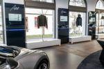 Das Konzept der Edelmarke sieht für den Showroom eine Mischung aus Ausstellungsfläche für die Autos und einem Bereich für Mode vor.