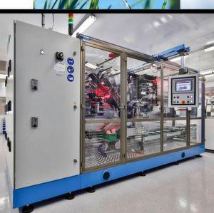 Vollautomatische Assemblierung aller Zellenkomponenten im 200 Quadratmeter Trockenraum.