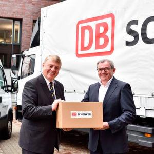 GLS-Chef Rico Back (l.) und Schenker-CEO Ewald Kaiser freuen sich über die Zusammenarbeit ihrer Unternehmen im Paket-Sektor.