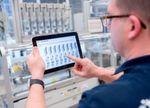 Vernetzte Fertigung - mithilfe eines Tablets werden zahlreiche Daten aus der Fertigung gesammelt und ausgewertet