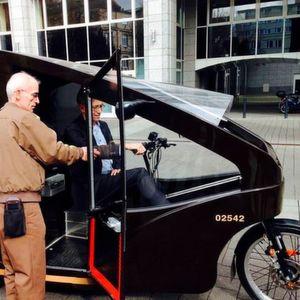 Offenbachs Bürgermeister Peter Schneider lässt sich von UPS-Zusteller Tasso Savallas den Cargo Cruiser erklären.