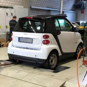 Die Berner Fachhochschule hat den Schadstoffausstoß eines Smart Diesels nachgemessen.