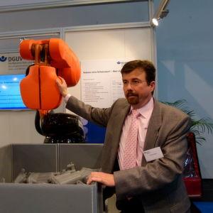 Dem Kollegen Roboter auf die Finger schauen