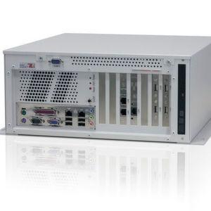 Frontansicht des wandmontierbaren Industrie-Box-PCs BL1042 mit optischem Slimtype-Laufwerk, Bedienelementen, Schnittstellen und Erweiterungssteckplätzen.