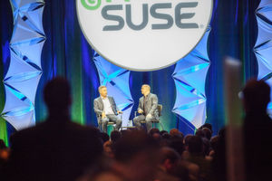 Suse-CEO Nils Brauckmann (links) auf der Bühne zur Susecon 2016 in Washington.