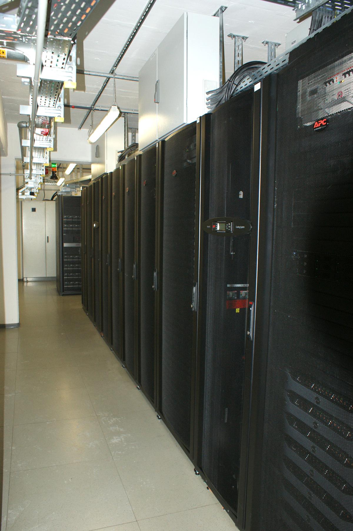 Zu sehen sind die in Einhausungen steckenden Server-Schränke im ...