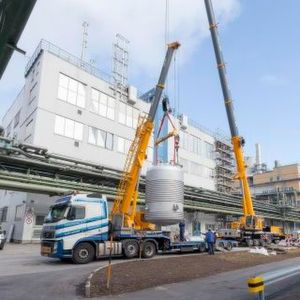 Hoisting the premix tank into the production building at Wacker's main site in Burghausen.