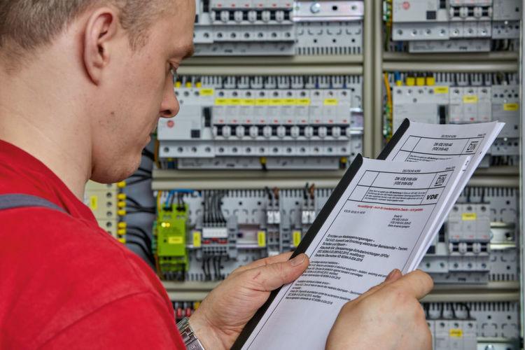 Bild 1: Der Schutz elektrischer Anlagen vor Überspannungen erhöht ...