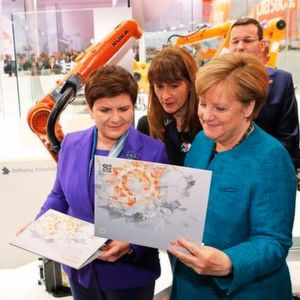 Fresh out of the Smart Factory: Dr. Till Reuter and Peter Mohnen present Angela Merkel and Beata Szydlo an individually produced jigsaw puzzle.
