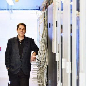 Idee in der Kantine: Bruce Allen, Direktor am Max-Planck-Institut für Gravitationsphysik in Hannover, diskutierte im Jahr 1999 beim Essen mit einem Kollegen über die Möglichkeit, Daten von Gravitationswellendetektoren durforsten zu lassen. Daraus entstand schließlich das Projekt Einstein@Home, an dem bisher mehrere Hunderttausend Menschen weltweit teilgenommen haben. Der Atlas-Cluster, neben dem Allen hier steht, spielt in dem Netzwerk eine zentrale Rolle.