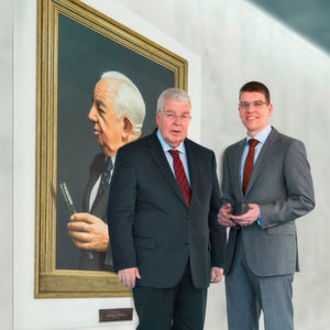 Dr Dieter Kress (President, left) and Dr Jochen Kress (Member of the Executive Board, right) in front of a painting of company founder Dr Georg Kress.