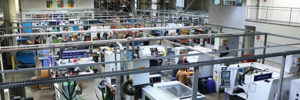 View into the production. Since 1983, Günther has been producing its hot runner technology in Frankenberg.