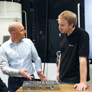 Knarr employees Thomas Wunsiedler (left) and Marco Mergner (right) in conversation with Nils Nabor, responsible Area Sales Manager at Open Mind.