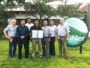 Stolz auf die Zertifizierung (v.l.n.r.): Karlheinz Müller (VP Operations), Armando Estrada (Quality Manager), Roland Schwab (VP Quality), Edgar Ruelas (Quality Engineer), Manuel Nevárez (Product Center Manager), Cristina Sanchez (Plant Manager), Peter Muhr (President & CEO)