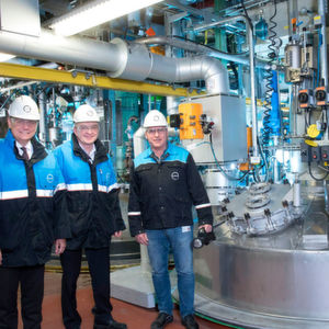 Dr. Klaus Jaeger, in charge of the Covestro sites in North Rhine-Westphalia, and production manager in Dormagen, Uwe Arndt, together with Alfred Zastrow (from left to right) examine the new PUD unit.