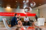 """Die Beratungsfirma Bain & Company belegt mit einer Gesamtbewertung von 4,7 Punkten den ersten Platz. """"Inspirierende und leidenschaftliche Mitarbeiter, großartiger Team-Spirit und großartige Kultur, kunden- und ergebnisorientiert,"""" schreibt ein anonymer Mitarbeiter auf Glassdoor."""