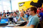"""SAP ist auf Platz drei (4,6 Punkte). """"Sehr gutes Arbeitsumfeld. Weltweite Karrierechancen. Perfekte Arbeitsbedingungen. Tolle Kollegen. Höflicher und professioneller Umgang untereinander. Unzählige Möglichkeiten für Weiterbildungen und sehr viele Sozialleistungen"""", meint ein Associate Developer bei SAP."""
