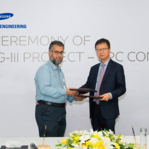 Samsung Engineering President & CEO Sungan Choi and Jubail United Petrochemical Company's President Abdullah Al Shamrani hand shaking at the signing contract ceremony.