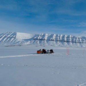 Salomon and Maus and their colleagues are also taking samples in Svalbard, out on the sea ice in Van Mijenfjorden near the mining town of Svea.