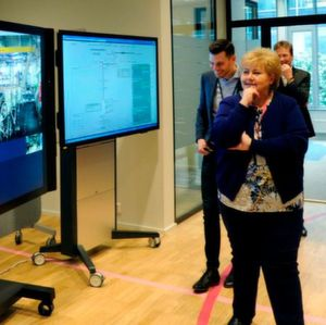 Prime minister Erna Solberg got to experience for herself how interaction between offshore and onshore in continuously improving with the help of new digital tools, when she took part in remote operations with Håvard Christian Leirvåg in the control room on the Gina Krog platform.