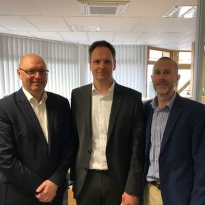 Chris Gill (Global Director Chemicals, Worley Parsons), Paul Curry (General Manager Worley Parsons Deutschland) und Michael Wieber (Ludwigshafen Office Manager M+W Group) (v.l.) freuen sich auf die gemeinsame Zusammenarbeit.