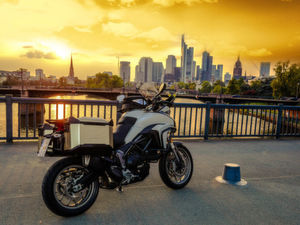 The motorcycle season is beginning, and the Xceed side bags from Hepco & Becker provide ample space for luggage. Thanks to the Makroblend UT6007 polycarbonate blend from Covestro, the luggage systems are not only elegant, but also very robust.