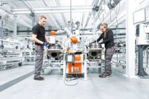 In future, so-called cobots should be able to assist workers in production.