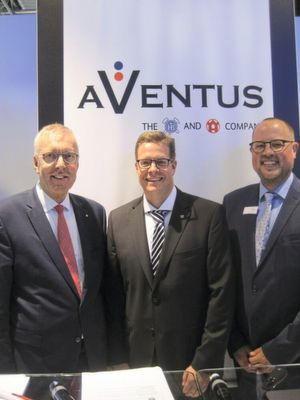 Jürgen Vutz (left), Florian Festge (center) and Kai Lammers (right) with the logo of the new JV