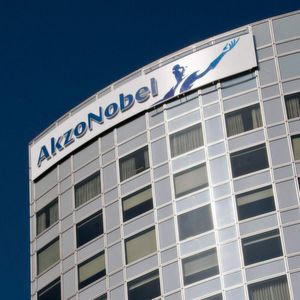 Akzo Nobel becomes leader in the Romanian decorative paints market.