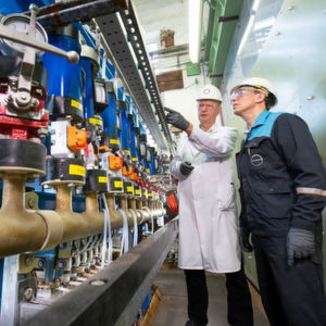 Two Covestro employees inspect a demonstration plant during a planned downtime in Leverkusen: Exactly here, the oxygen-depolarized cathode (ODC) technology has been developed and improved for many years.