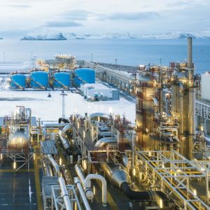 Onshore plant for natural gas processing
