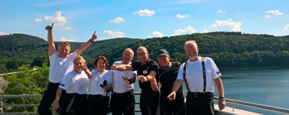 Gruppe 7 mit Tourguide Michael Rühle (3. v. re.) am Rursee.