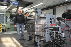 André Mühlenweg (Möller-Flex) and Hartmut Schmidt (Günther Hot Runner Technology) with a injection moulding tool equipped with Günther hot runner technology.