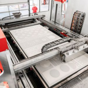 With an overall build space volume of 4 x 2 x 1 meters, the VX4000 is the largest industrial printer in the world. On the one hand, the huge construction space permits the fast production of extremely large individual molds, but it can also be used flexibly for the economical production of entire small series.