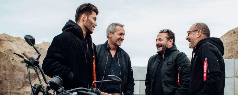 Die Harley-Davidson-Factory baut limitierte Custombikes – (von links n. rechts): Tony Mafhud (Model), Rainer Knapp (Alpha Industries), Alex Urseanu und Micky Rosen (Roomers Hotels).